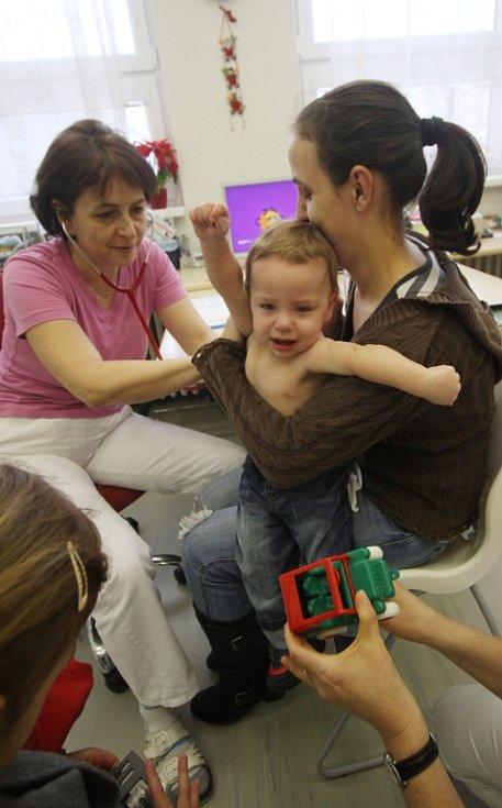 Školky jsou nyní poloprázdné, ordinace plné. Chřipka řádí. Na snímku dětská lékařka Šárka Mičanová se setrou Michaelou Pruherovou vyšetřují čtrnáctiměsíčního Martina Velebila, drží ho maminka Eva a postává sestřička pětiletá Lucie.