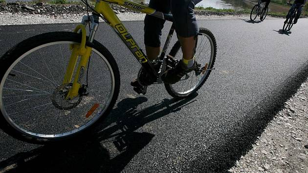 Po cyklostezce na Hlubokou projelo letos denně, navzdory špatnému počasí, přes 1300 lidí.