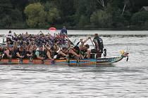 Na rybníku Bezdrev se konaly závody dračích lodí.