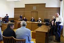 Obžalovaní, jejich obhájci a veřejnost při vynesení rozsudku u českobudějovického krajského soudu.