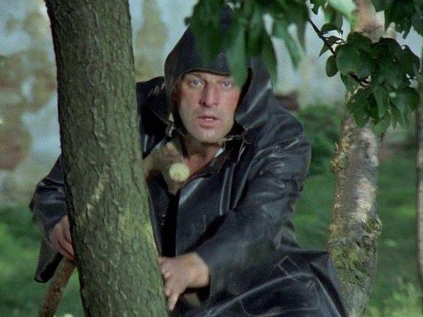 Záběr zfilmu Zlatí úhoři. Pomocník porybného vpodání bechyňského ochotníka  Milana Dvořáka vyčkává, až vyrazí za malým pytlákem.