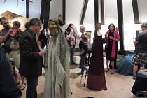 Loutkářka, výtvarnice a experimentátorka Michaela Bartoňová vystavuje do 12. září svá díla v Galerii Pod Kamennou žábou. Na výstavě uvidíte loutky, obrazy, tzv. nenapsané příběhy a také malby vzniklé na iPadu při experimentálním divadelním představení.