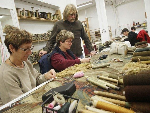 V dílně v Jindřichově Hradci tkadleny restaurují a také vyrábějí nové gobelíny.
