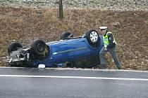 Na pondělní náledí doplatil také řidič renaultu, jedoucí směrem ze Strakonic na Cehnice. U obce Jinín nezvládl řízení a skončil v levém příkopu. Podle informací získaných přímo na místě nehody utrpěl naštěstí jen lehké úrazy, spíše oděrky.