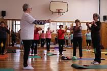Cvičení pro seniory. Ilustrační foto
