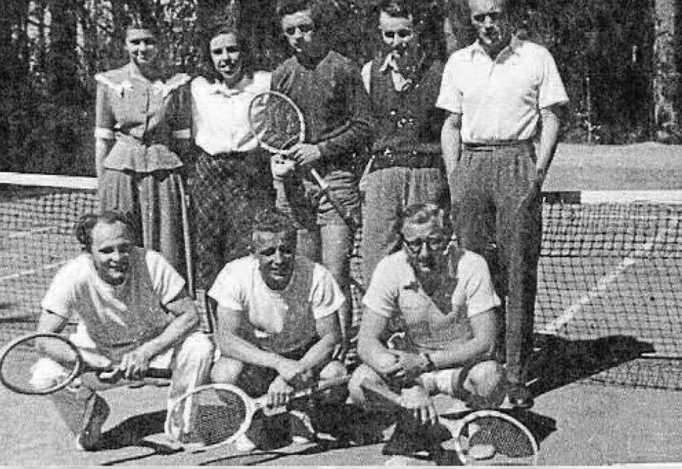 Tenisté. Dole zleva František Hovorka, Jan Hovorka, VěnceslavČerný. Nahoře zleva Heda Wágnerová, Díďa Konrádyová, Jan Lidral,Josef Pomyje a Vladimír Stráský.