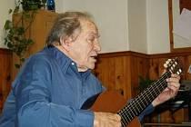 O první červencové neděli se v nedožitých 87 letech rozloučil s pozemským světem Miloš Majka Čech, básník, hudebník, výtvarník a jihočeská legenda. Na snímku v prosinci 2011 jako šansoniér na bechyňské keramické škole.