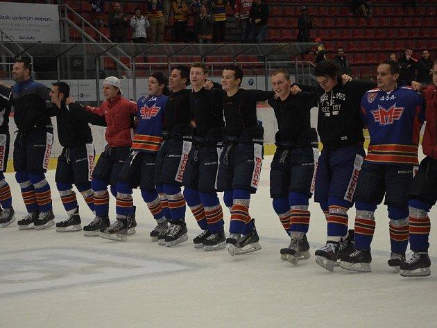 Hokejisté Motoru si užívají děkovačku po vítězném duelu.