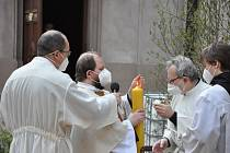 Zapálením paškálu začala na dvoře kláštera petrinů velikonoční vigilie, připomínající zmrtvýchvstání Ježíše Krista.