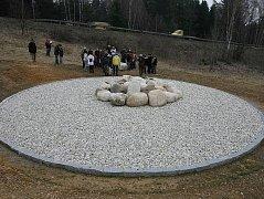 Pomník z kamenů připomíná tragédii z března 2003 u Nažidel na Českokrumlovsku. Po havárii autobusu zahynulo devatenáct osob. Po dvou letech na následky zranění zemřela 20. oběť.