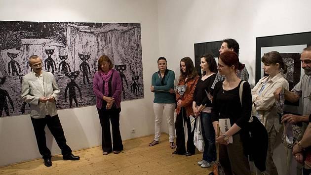 Petr Palma s Eliškou Štěpánovou při zahájení výstavy v Galerii Měsíc ve dne.
