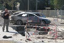 Českobudějovická Alešova ulice chvíli po výbuchu, který poškodil přes 40 aut.