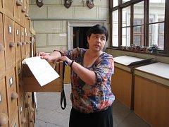 Laděna Plucarová v třeboňském archivu.