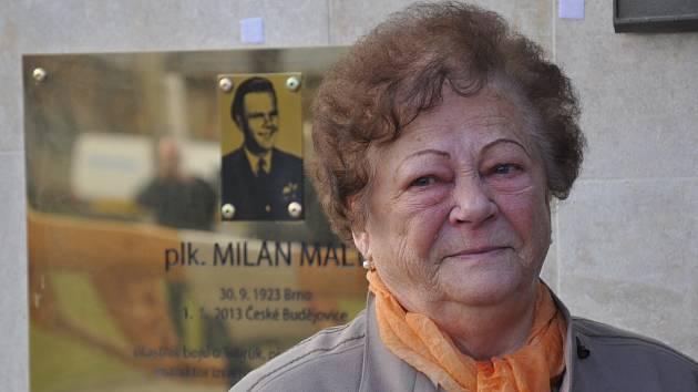 Pamětní desku válečnému veteránovi plukovníku Milanu Malému (1923-2013) z Českých Budějovic odhalily na letišti v Plané jeho dcera Daniela Ujcová a vdova Jiřina Malá (na snímku).