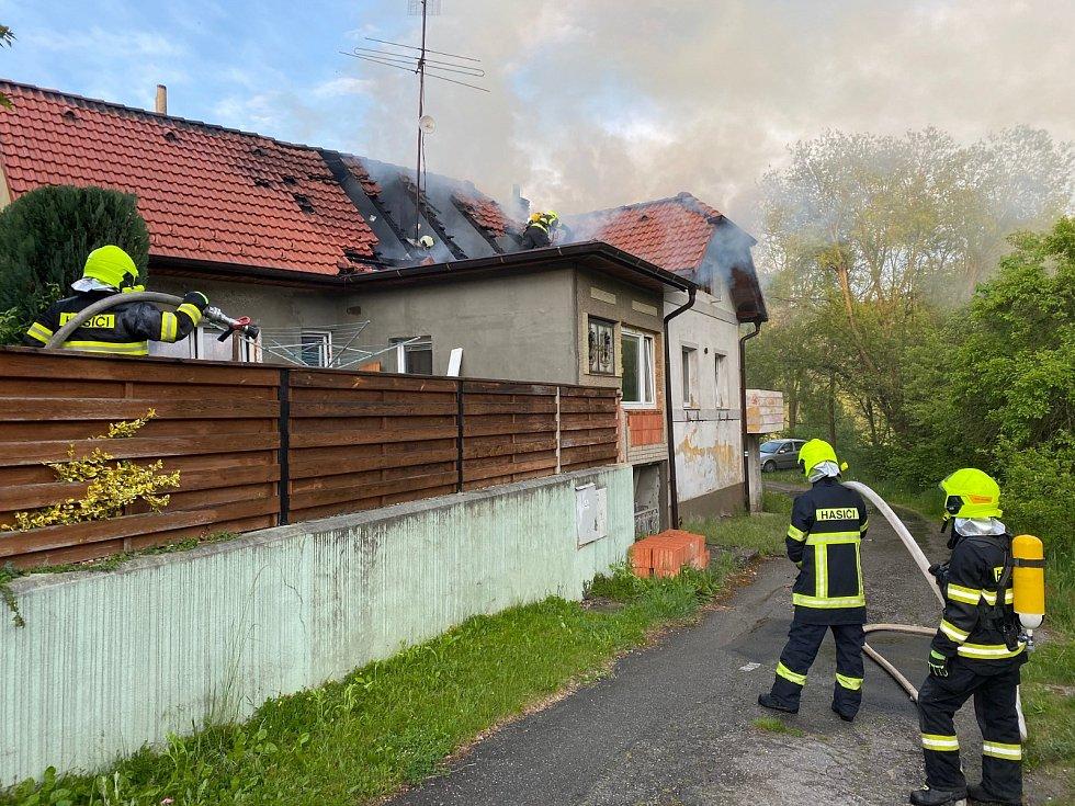 Požár střechy domu v Římově.
