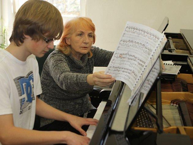 Profesorka Marie Šimková Kotrčová učí na Konzervatoři v Českých Budějovicích, na snímku s patnáctiletým klavíristou Martinem Noskem.