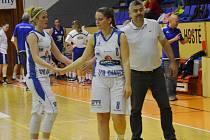 GRATULUJI potřásly si po vítězném utkání v Brně rukou Veronika Rybová (vlevo) s Lindou Svobodovou. Spokojený mohl být i asistent trenéra Martínka Jiří Johanes (vpravo).