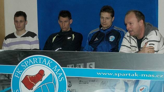 Na čtvrteční tiskovce fotbalistů S. Ústí uleva hráči Tomáš Mašek a Aleš Kočí, trenér Luboš Zákostelský a sportovní ředitel klubu Martin Svoboda.