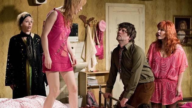 Jihočeské divadlo uvede v pátek komedii Slepice, poslední premiéru v letošní sezoně. Dvě starší herečky v ní jdou po krku mladé kolegyni, která jim bere role i přízeň mužů.