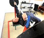 Jan Pinc, člen policejní zásahové jednotky Temelín, boduje na světových soutěžích ve vzpírání. Svou sílu využívá ale i při práci. Dokáže projít i cihlovou zdí.
