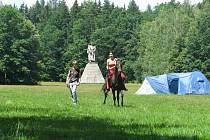 Areálu Památníku Jana Žižky z Trocnova vévodí monumentální socha, vzdálená několik set metrů od základů dvorce, který zřejmě patřil Žižkově rodině. Navštívit je možné i malé muzeum.