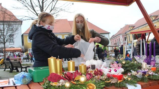 Adventní trhy. Náměstí Míru v Týně nad Vltavou bylo brzy plné lidí.