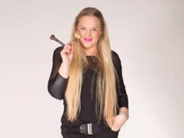 Magdalena Starková pracuje jako vizážistka. Své služby nabízí zákaznicím včeskobudějovické parfumerii, ale také jezdí na různé akce, líčí například modelky a modely pro přehlídky.
