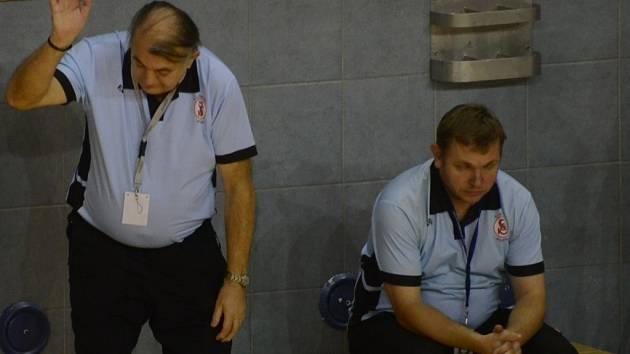 NESPOKOJENOST. Písecké házenkářky mnoho radosti svým trenérům neudělaly. Jan Slavík i předseda klubu Rudolf Žaba (vlevo) si stěžovali především na chyby při útočení.