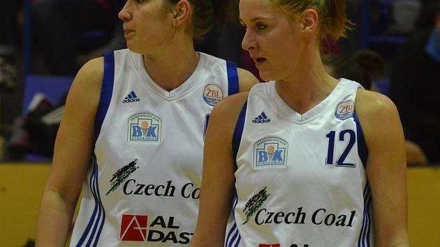 NEJVÍCE BODŮ. Střelecky se v utkání s DSK Basketball nejvíce dařilo Aleně Jeništové (vpravo). Strakonická hráčka si v prvním utkání nadstavby A2 připsala 20 bodů.