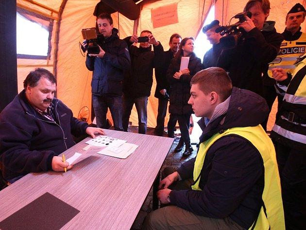 Jihočeští policisté cvičili na hranicích procedury spojené se zadržením migrantů a žadatelů o azyl. Roli uprchlíků sehráli při cvičení studenti policejní školy z Prahy – Hrdlořez.