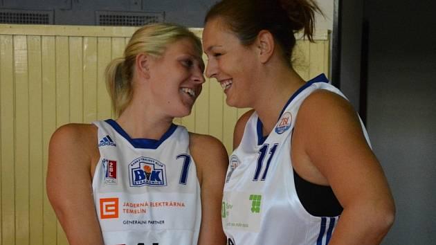SPOLUHRÁČKY. Lucie Košatková (vlevo) a Michaela Drachovská jsou velkými kamarádkami na hřišti i mimo ně.