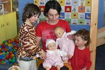 Bora Berlinger s dcerami a panenkami sedícími na čínském nočníku.