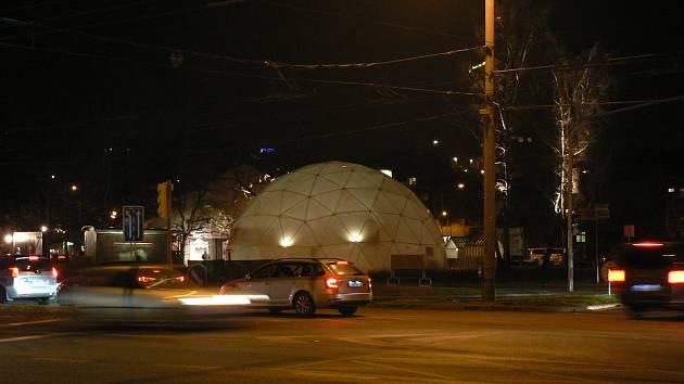 Na českobudějovickém Mariánském náměstí stojí  v dočasném divadelním areálu Bouda také iglů, kde se konají kulturní akce.