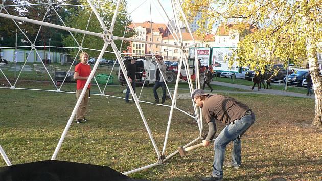 Dva dočasné divadelní objekty vzniknou na budějovickém Mariánském náměstí u příležitosti oslav Jihočeského divadla. Technici je začali stavět 7. 11. 2019.