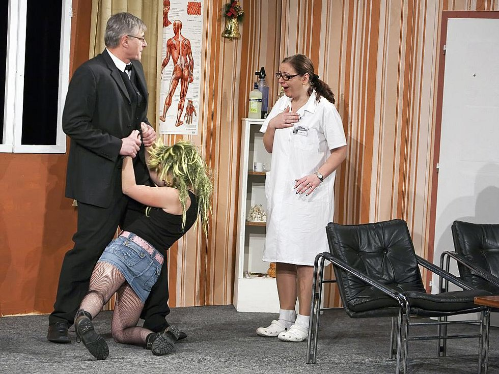 Divadlo Hluboká nastudovalo novou komedii s názvem Rodina je základ státu. Další reprízy jsou už tento víkend.