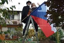 Letos na zahradě s vlajkou a nadějí, že v nouzi se přátelé rozpoznají.