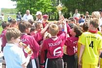 Fotbalisté ZŠ Grünwal〜dova vyhráli při McDonald ´s Cupu na Složišti obě kategorie, na snímku se radují z trofeje pro vítěze.