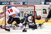 Velkou šanci táborského Hubáčka likviduje výborný brankář Vošta z Č. Krumlova. Hosté nakonec vyhráli 6:3. V hokejovém přeboru chybí do konce základní části poslední kolo.