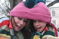 ZIMNÍ SLAVNOST. Zábavné soutěžní odpoledne pro děti i dospělé se konalo v sobotu v Nových Hradech. Na snímku je sedmnáctiletá Martina Jindrová (vlevo) a dvanáctiletá Hanka Buštová při netradiční módní přehlídce.