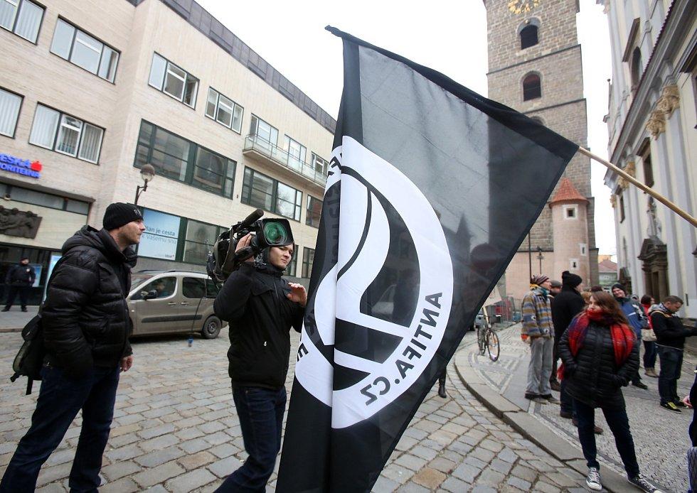 Černou věží se sešli odpůrci demonstrace. Objevila se tu i vlajka organizace Antifa.