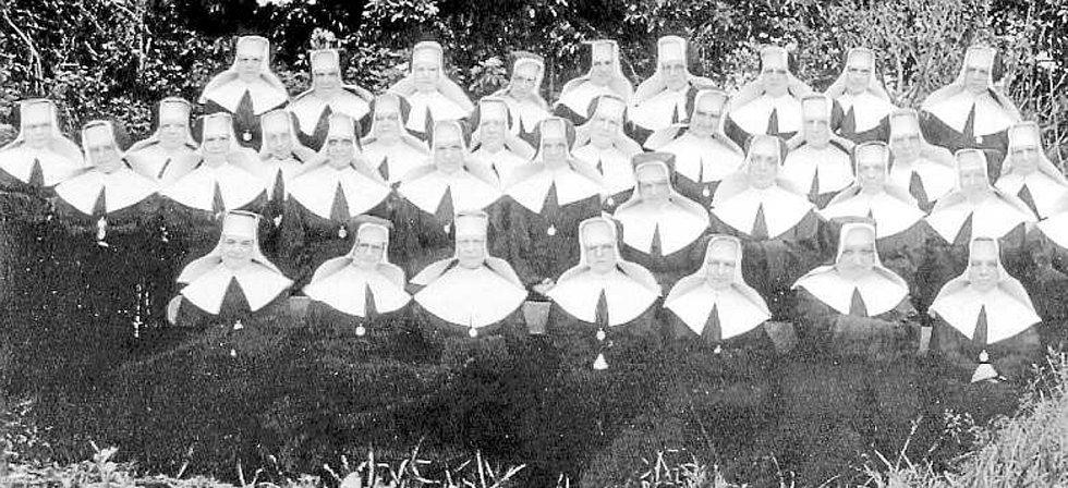 Sestry v akci. Komunita sester boromejek pracujících v 50. letech 20. století v českobudějovické nemocnici.