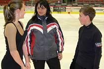 Porada na závěr jednoho z posledních tréninků v Budvar aréně před MČR žactva: zleva Aneta Nováková, trenérka Iveta Bidařová a Martin Bidař.