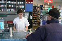 Také v lékárnách platí od 1. ledna 2008 zákon, který narizuje vybírání poplatků od pacientů. Lidé, kteří od doktora přijdou s receptem, zaplatí v lékárnách za každou položku na receptu třicet korun.