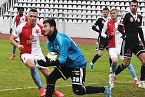 Před odletem na Kypr hráli fotbalisté Dynama v přípravě na Strahově se Slavií (gólman Matěj Luksch zasahuje před útočníkem Slavie Stanislavem Teclem).
