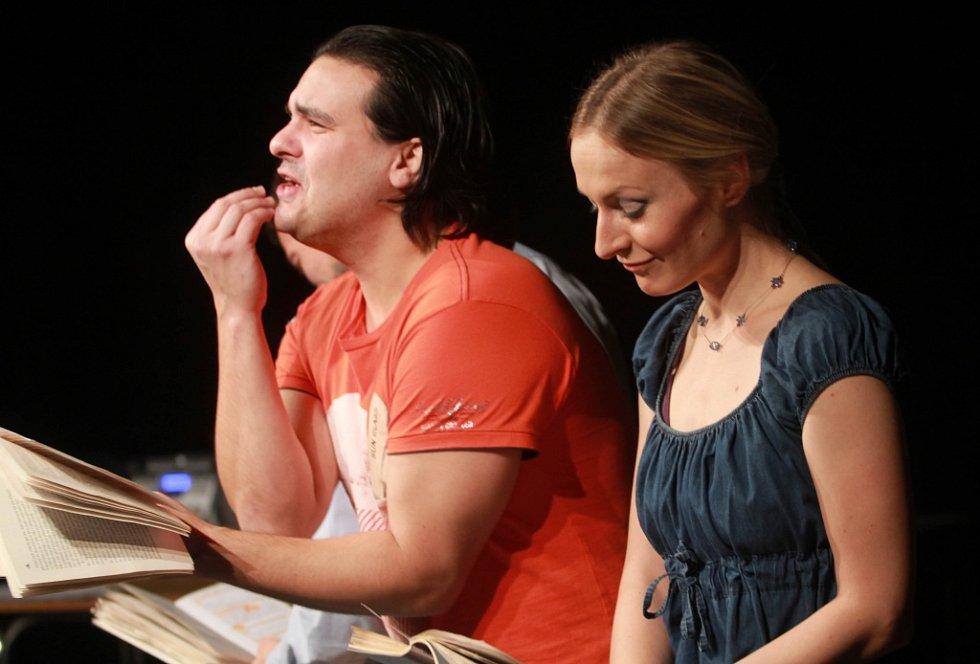Projekt scénického čtení Listování oslavil 30. listopadu v Českých Budějovicích deset let. Na snímku Alan Novotný a Lenka Janíková.