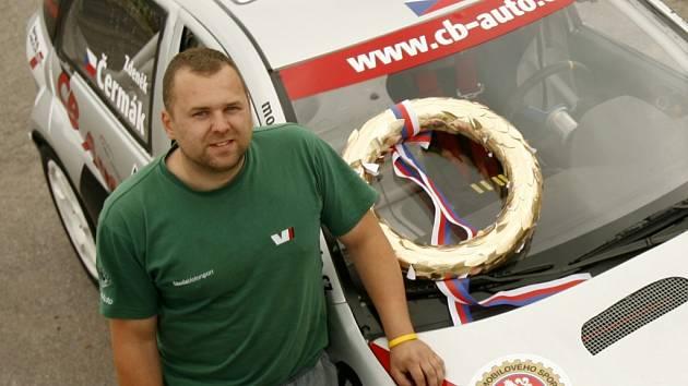 Filip Strnad se upsal automobilům na celý život. Šéfmechanik týmu CB Motorsport má velký podíl na úspěších českobudějovického pilota Zdeňka Čermáka.