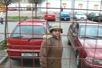 Před nedávnem se v průchodu mezi českobudějovickými prodejnami Lidl a Billa na Mánesově ulici objevila mříž.