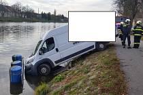 Jen kvůli kamenné překážce v řece do ní dodávka nevjela.