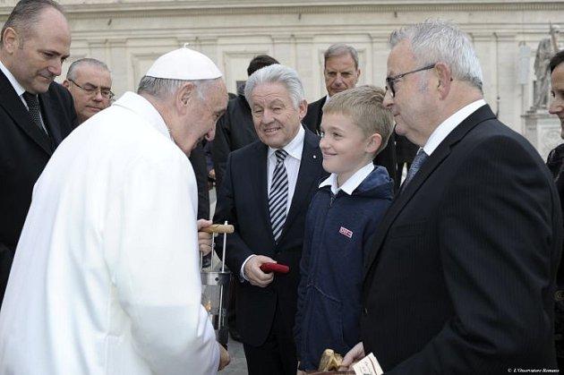 Světýlko míru od Niklase pro papeže.