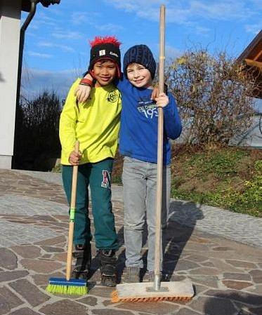 Kamarádi Noah a Jonas brigádničí pro běžence.